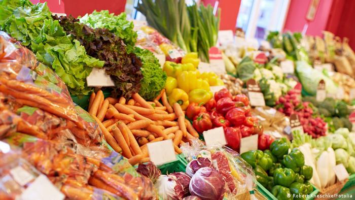 Biomarkt: Auswahl an Gemüse und Obst. #46242534 © Robert Kneschke - Fotolia.com