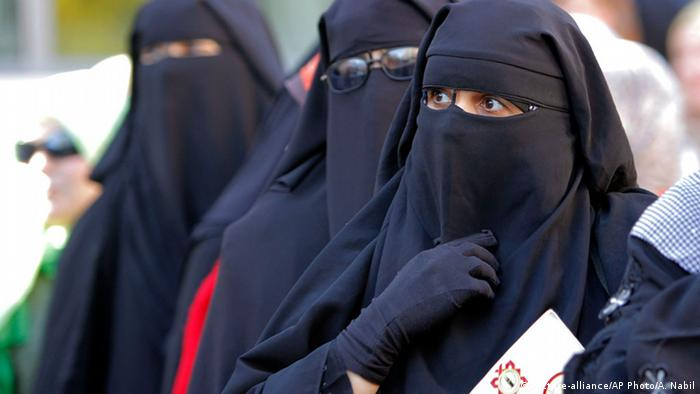 Women wearing niqab, which reveals only their eyes (Amr Nabil/AP/dapd)