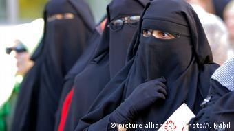 Three women wear black veils so that only their eyes are visible (Photo:Amr Nabil/AP/dapd)