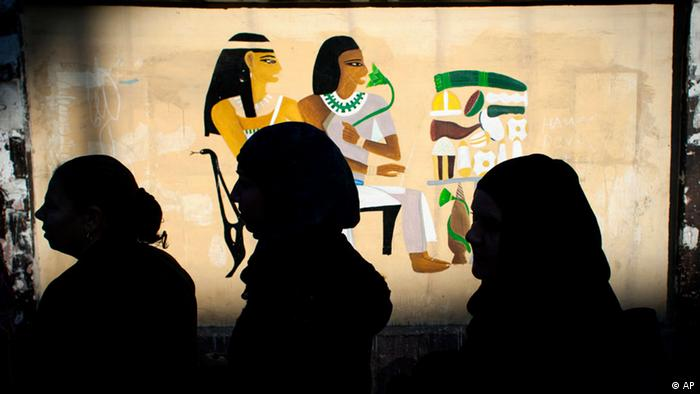 Egyptian women voters queue outside a polling station during the second round of a referendum on a disputed constitution drafted by Islamist supporters of president Mohammed Morsi, in Giza, Egypt, Saturday, Dec. 22, 2012. (Foto:Nasser Nasser/AP/dapd)