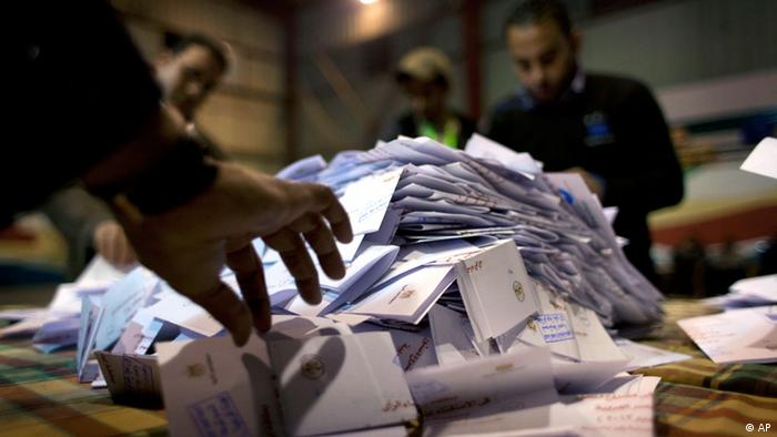 Egyptian election workers count ballots at the end of the second round of a referendum on a disputed constitution drafted by Islamist supporters of president Mohammed Morsi at a polling station in Giza, Egypt, Saturday, Dec. 22, 2012. Egypt's Islamist-backed constitution headed toward likely approval in a final round of voting on Saturday, but the deep divisions it has opened up threaten to fuel continued turmoil. (Foto:Nasser Nasser/AP/dapd)