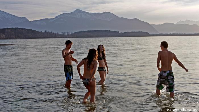 Vier Badegäste am Chiemsee (Foto: picture-alliance/dpa)