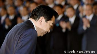 Japan's Prime Minister Yoshihiko Noda bows as he leaves the prime minister's office in Tokyo, Wednesday, Dec. 26, 2012. Prime Minister Noda's Cabinet resigned Wednesday to clear the way for a vote in parliament to formally install the nation's new leader, Shinzo Abe, a conservative whose nationalist positions have in the past angered Japan's neighbors. (Foto:Kyodo News/AP/dapd) JAPAN OUT, MANDATORY CREDIT, NO LICENSING IN CHINA, HONG KONG, JAPAN, SOUTH KOREA AND FRANCE