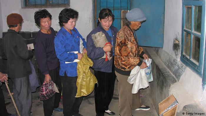 Северокорейцы в очереди за пайком кукурузы