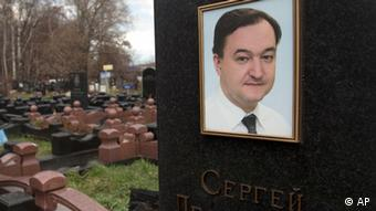 A tombstone on the grave of lawyer Sergei Magnitsky who died in jail, at a cemetery in Moscow, Friday, Nov. 16, 2012. U.S. lawmakers are expected to vote in a human rights legislation named after Magnitsky that would impose sanctions on Russian officials involved in human rights violations. (Foto:Misha Japaridze/AP/dapd)