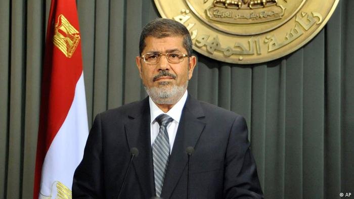 In this image released by the Egyptian Presidency, President Mohammed Morsi prepares to make a televised address to the nation in Cairo, Egypt, Wednesday, Dec. 26, 2012. Morsi says the new constitution establishes Egypt's new republic, calling on opposition to join dialogue to heal rifts and shift the focus toward repairing the economy.(Foto:Egyptian Presidency/AP/dapd)