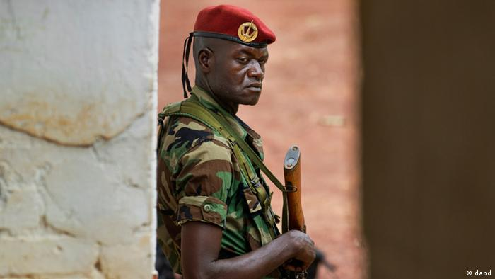 A soldier from the Central African Republic stands guard at a building used for joint meetings between them and U.S. Army special forces, in Obo, Central African Republic, Sunday, April 29, 2012. Obo was the first place in the Central African Republic that Joseph Kony's Lord's Resistance Army (LRA) attacked in 2008 and today it's one of four forward operating locations where U.S. special forces have paired up with local troops and Ugandan soldiers to seek out Kony. (Foto:Ben Curtis/AP/dapd)