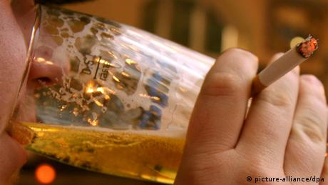Symbolbild Rausch Mann Alkohol Zigarette Kater trinken betrunken