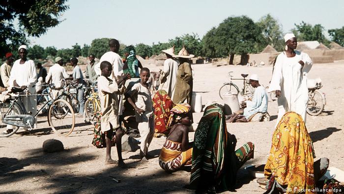 Menschen auf dem Maoua Markt, einem der wichtigsten Handelsplätze im Norden Kameruns.