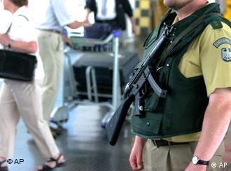 Policiais vigiam aeroportos, como o de Frankfurt, na Alemanha