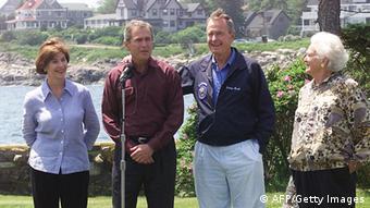 Бывший президент США со своей супругой Барбарой, сыном Джорджем Бушем-младшим и его женой Лорой