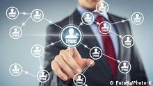 Symbolbild Netzwerk, ein Mann klickt Freundschaftsbuttons in einem Netzwerk an