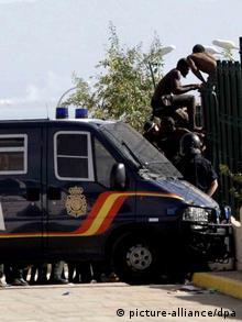 Ισπανική αστυνομία στη Μελίγια προσπαθεί να παρεμποδίσει πρόσφυγες περάσουν τα συνόρα