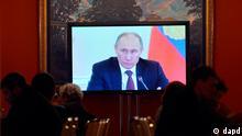Russland Präsident Wladimir Putin im Fernsehen in Moskau
