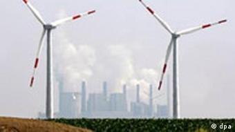 Symbolbild: Kraftwerk und Windräder