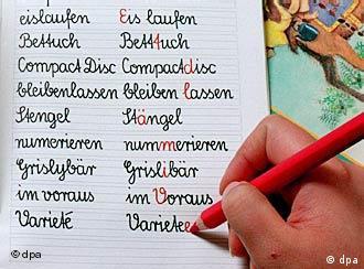 Ein Schulheft, in das gerade geschrieben wird