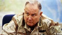 FILE - In this Sept. 14, 1990 file photo, U.S. Army Gen. H. Norman Schwarzkopf, commander of U.S. forces in Saudi Arabia, answers questions during an interview in Riyadh. Schwarzkopf died Thursday, Dec. 27, 2012 in Tampa, Fla. He was 78. (Foto:David Longstreath, File/AP/dapd)//eingestellt von: haz