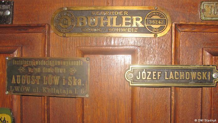 Таблички розповідають про історію будинку, наприклад, хто провів водопостачання