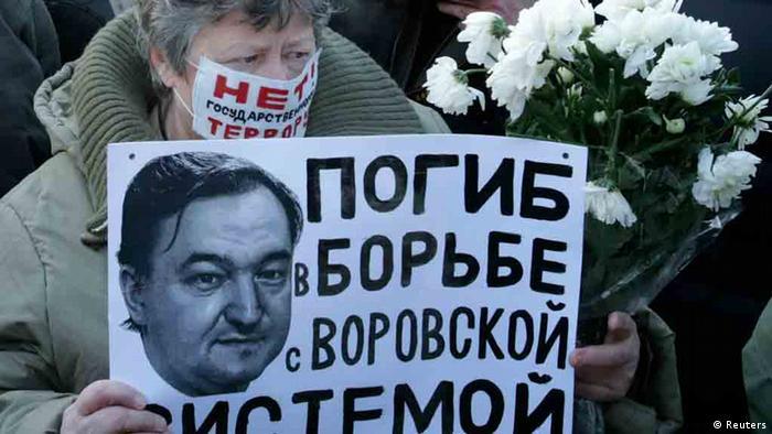 Фотография Магнитского на антикоррупционном плакате