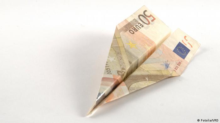 Symbolbild Geldverschwendung Papierflieger Geld Finanzkrise