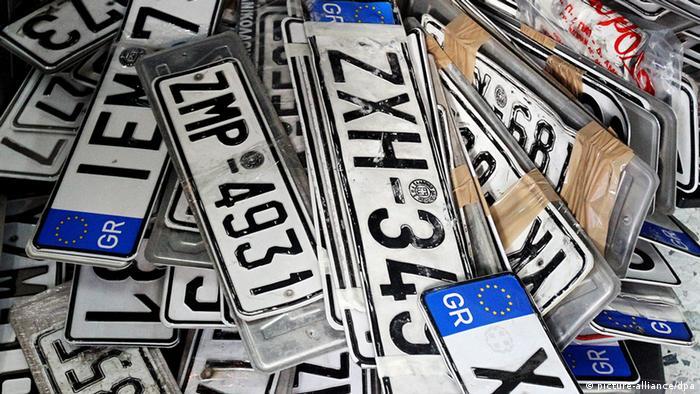 Stapel von Griechischen Autokennzeichen (Foto: dpa)