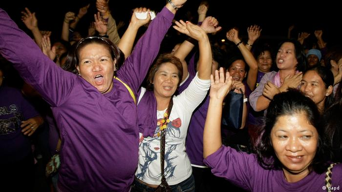 Filipino women celebrate as Philippine legislators pass a landmark law that would provide government funding for contraceptives and sexuality classes (Photo:Aaron Favila/AP/dapd)