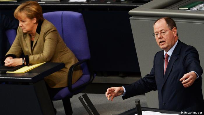 Kanzlerin Angela Merkel (li.) hört im Bundestag zu, wie Peer Steinbrück, SPD Kanzlerkandidat, eine Rede hält. (Foto: JOHANNES EISELE/AFP/Getty Images)