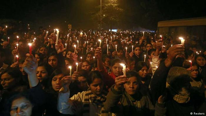 Demonstrators hold candles during a candlelight vigil for a gang rape victim who was assaulted in New Delhi December 29, 2012. A woman whose gang rape provoked protests and a rare national debate about violence against women in India died from her injuries on Saturday, prompting promises of action from government that has struggled to respond to public outrage. REUTERS/Danish Siddiqui (INDIA - Tags: CIVIL UNREST CRIME LAW) // eingestellt von se