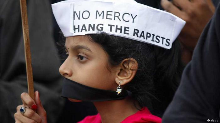An Indian girl participates in a protest to mourn the death of a gang rape victim, in Bangalore, India , Saturday, Dec. 29, 2012. Shocked Indians on Saturday were mourning the death of the woman who was gang-raped and beaten on a bus in New Delhi nearly two weeks ago in an ordeal that galvanized people to demand greater protection for women from sexual violence. (Foto:Aijaz Rahi/AP/dapd). // eingestellt von se