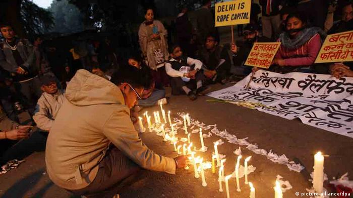 Indian protester lights candles during an evening rally to mourn a gang rape victim in New Delhi (Photo: EPA/HARISH TYAGI)