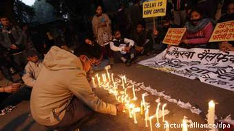 Indian protester lights candles during an evening rally EPA/HARISH TYAGI +++(c) dpa - Bildfunk+++