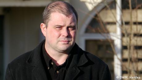 Hausbesetzer Andrew Bradshaw, vor seinem verbarrikadierten Haus in Mullingar, Irland, am 2. Dezember 2012. (Foto: DW/Michael Hartlep)