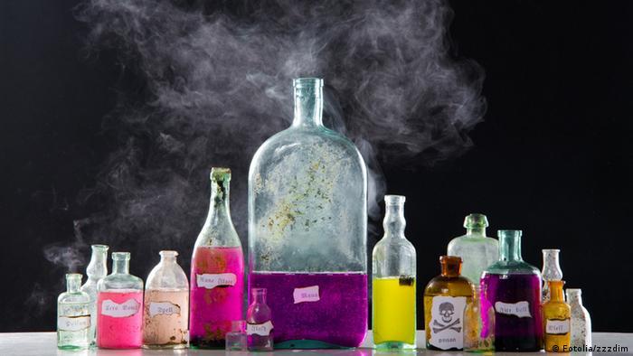 Symbolbild Gift Flaschen Magie Flasche Alkohol (Fotolia/zzzdim)
