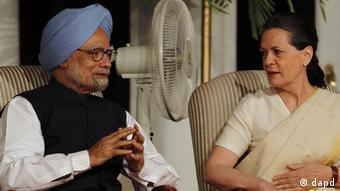 Indian Prime Minister Manmohan Singh, blue turban, talks to Congress party president Sonia Gandhi (Photo: Swarup/AP/dapd)