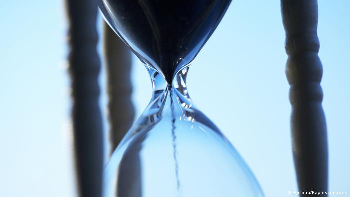 Sand running through ah hourglass (Copyright: fotolia/Paylessimages)