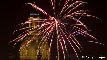 Fireworks explode over Dresden's Church of Our Lady (Frauenkirche) on New Year's Eve on December 31, 2012 in Dresden, eastern Germany. AFP PHOTO / ROBERT MICHAEL (Photo credit should r... Erfahren Sie mehr