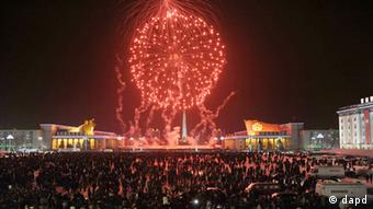 Fireworks explode over Kim Il Sung Square in celebration of the New Year in Pyongyang, North Korea, Tuesday, Jan. 1, 2013. (Foto:Kyodo News/AP/dapd)