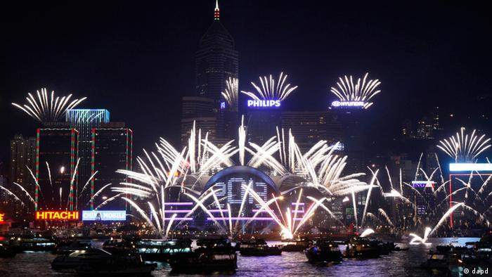 Fireworks explode at the Hong Kong Convention and Exhibition Centre over the Victoria Harbor to celebrate the 2013 New Year in Hong Kong Tuesday, Jan. 1, 2013 (Foto:Kin Cheung/AP/dapd)