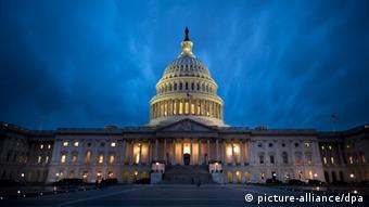 Вид ночью на Капитолий в Вашингтоне