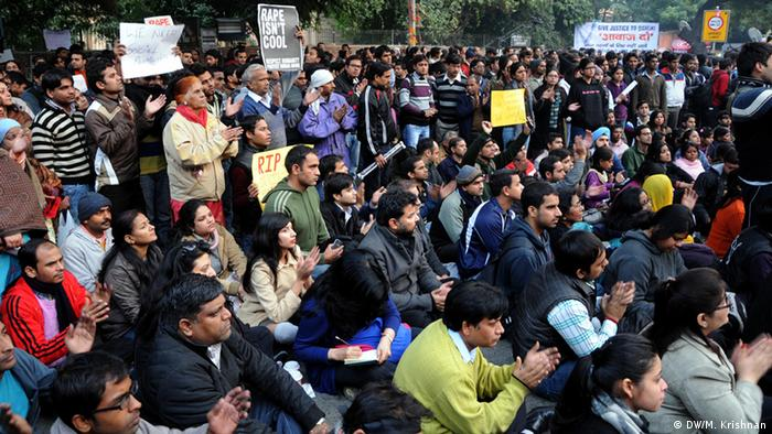 Thousands gather at Jantar Mantar, the capital's rallying point to express solidarity and protest police inaction. Aufgenommen von DW-Korrespondent Murali Krishnan in Neu Delhi, Indien, Ende Dezember.
