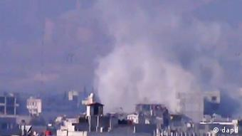 In this image taken from video obtained from the Shaam News Network, which has been authenticated based on its contents and other AP reporting, smoke rises from buildings due to heavy shelling in Damascus countryside, Syria, on Wednesday, Jan. 2, 2013. (Foto:Shaam News Network via AP video/AP/dapd)