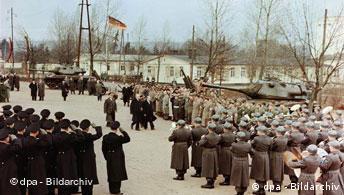 Adenauer (Mitte links) mit Verteidigungsminister Theodor Blank beim Abschreiten der Front der angetretenen Soldaten am 20. Januar 1956 in Andernach (Foto: ap)