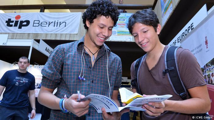 Студенты на ярмарке Study World