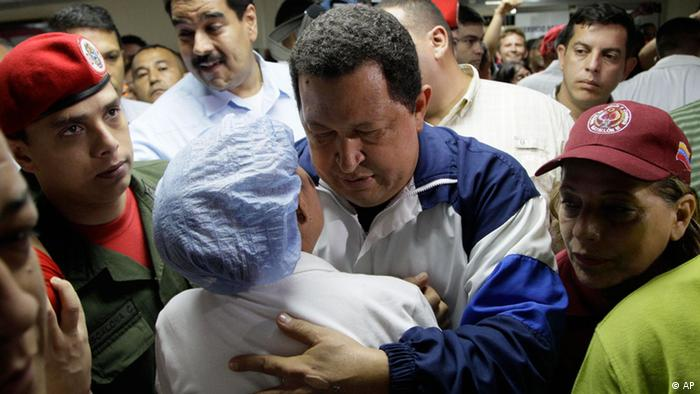 ****ARCHIVBILD****Venezuela's President Hugo Chavez, left, hugs a hospital worker, back to camera, during a visit to injured people after a refinery explosion at the Rafael Calle Sierra's public hospital in Punto Fijo, Venezuela, Monday, Aug. 27, 2012. A fire at the Amuay refinery spread to a third fuel tank on Monday nearly three days after a powerful explosion that killed 41 people and ignited the blaze, Vice President Elias Jaua said. (Foto:Ariana Cubillos/AP/dapd)