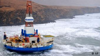 A circular oil rig is groudned against a brown backdrop. (Photo:U.S. Coast Guard/AP/dapd)