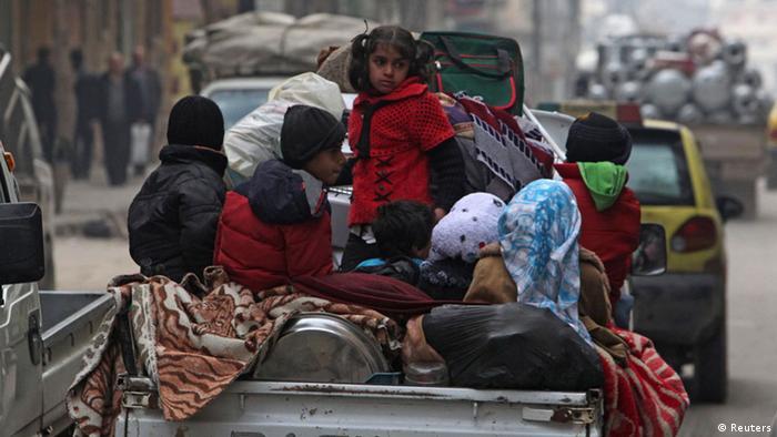 Syrische Frauen und Kinder auf einem Lastwagen in Aleppo, 2.1. 2013. (Foto: Reuters)