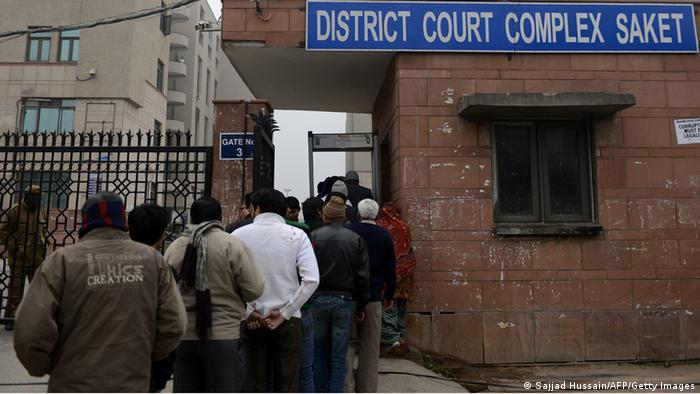 Indian pedestrans queue to enter the district court Saket in New Delhi on January 3, 2013. (Photo: SAJJAD HUSSAIN/AFP/Getty Images)