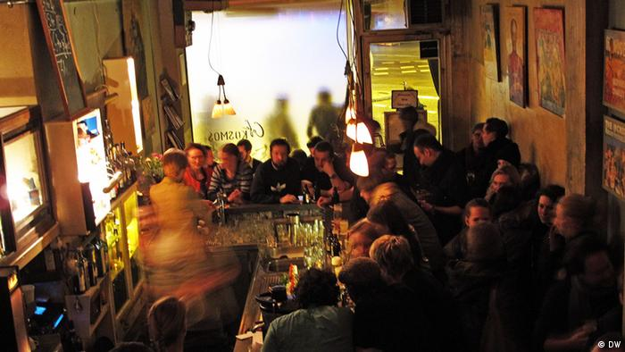 Ein Café in München mit vielen Gästen an der Bar