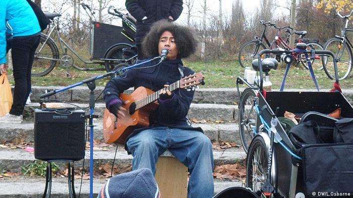 Frederik Konradsen playing the guitar in Berlin's Mauerpark
