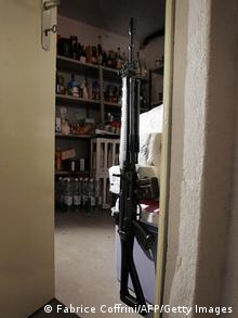 Armeegewehr in Zimmer (Foto: FABRICE COFFRINI/AFP/Getty Images)